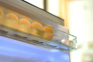 Eier im Regal des Kühlschranks foto