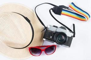 Hut, Sonnenbrille und Vintage-Kamera lokalisiert auf einem weißen Hintergrund