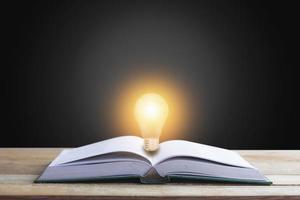 Buch mit einer Glühbirne