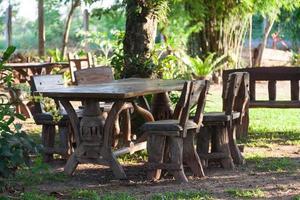 Tisch und Stühle im Park foto