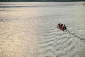 Boot auf dem Fluss in Thailand foto