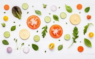 Lebensmittelmuster mit rohen Zutaten des Salats