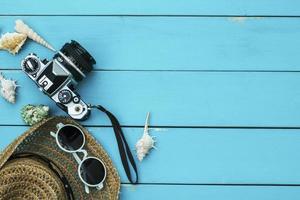 Sommerzubehör auf blauem Holzhintergrund