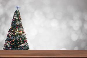 Holztabelle auf weicher Unschärfe-Weihnachtsbaumhintergrund