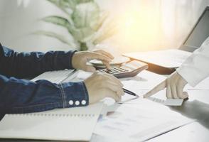 Berechnung von Geschäftsvorschlägen mit Stift und Papier