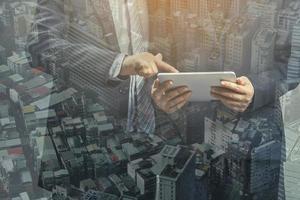 Doppelbelichtung von Geschäftsleuten und Stadtbild der Innenstadt