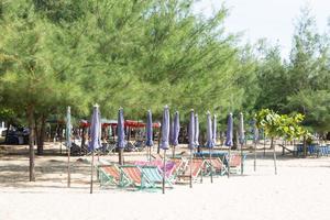 Sonnenbetten am Strand in Thailand foto