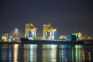 Frachtschiff legt in Thailand an foto