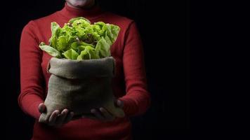 Frau hält Salat foto