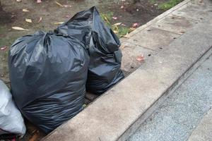 schwarze Müllsäcke foto