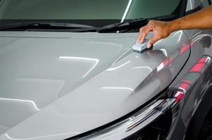 Polieren der Oberseite eines Autos foto