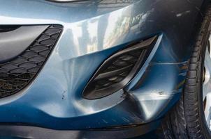 Kotflügelbieger auf blauem Auto