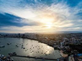 Luftaufnahme des Pattaya-Strandes, während die Sonne über dem Ozean in Thailand aufgeht