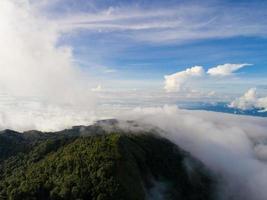 Berggipfel mit Blick ins neblige Tal