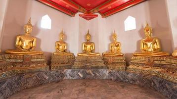Buddha-Statuen in einem Tempel in Thailand foto