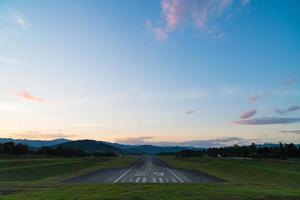 Landebahn des Flughafens bei Sonnenuntergang