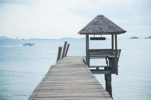 Holzpfeiler am Meer foto