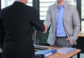 zwei Profis geben sich zustimmend die Hand foto