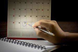 Der letzte Tag des Monats war in einem Kalender eingekreist foto