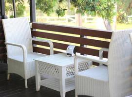 Sitzgelegenheiten im Freien auf einem Deck foto