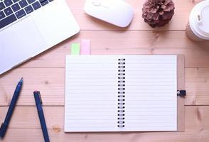 Draufsicht auf ein Notizbuch auf einem Schreibtisch foto
