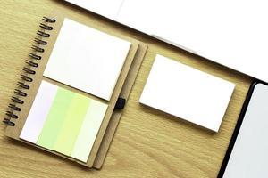Visitenkartenmodell auf dem Schreibtisch