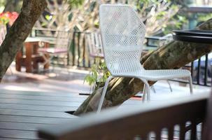 weißer Metallstuhl auf der Terrasse foto