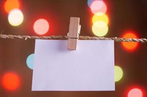 Wäscheklammer, die leeres Papier am Seil hält foto