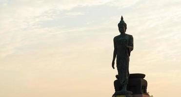 Silhouette einer großen Buddha-Statue in Thailand foto