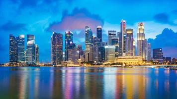 Skyline des Finanzviertels von Singapur in der Marina Bay
