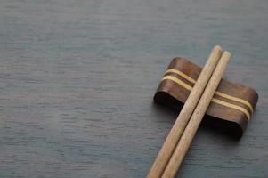 Stäbchen auf Holztisch schließen und Platz kopieren foto