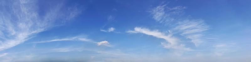 Himmel mit Wolken an einem sonnigen Tag. foto