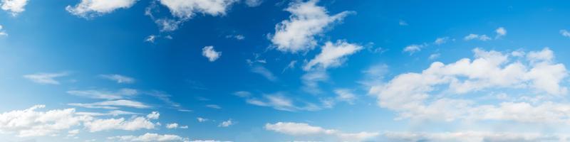 Himmel mit Wolken an einem sonnigen Tag foto