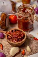 rote Sauce in einem klaren Glas
