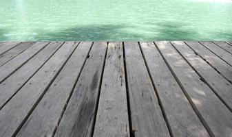 Dock in der Nähe von Wasser foto