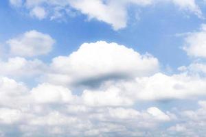 idyllische weiße Wolken