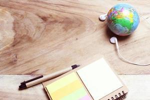Globus und Kopfhörer auf dem Schreibtisch