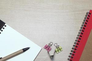 Schreibtisch mit Notizbuch und Clips