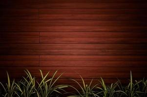 Holzwand mit grünen Pflanzen