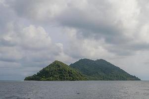 tropisches Meer mit Inseln und Himmel