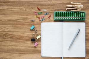 Draufsicht des Notizbuchs des leeren Papiers auf Arbeitsbereich foto