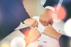 Geschäftsteam verbindet Hände zusammen foto