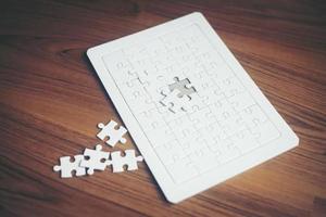 Puzzles auf Holzhintergrund foto