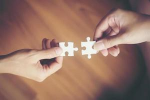 Hände halten Puzzles foto