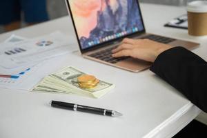 Frau arbeitet an ihrem Arbeitsplatz im Büro foto