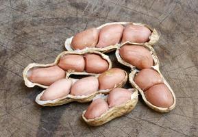 Gruppe von Erdnüssen in Muscheln