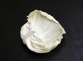 Weißkohlblatt auf einem schwarzen Hintergrund