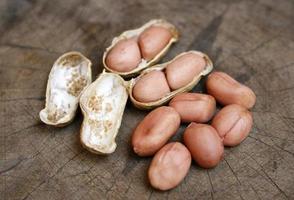 Erdnüsse auf Holz