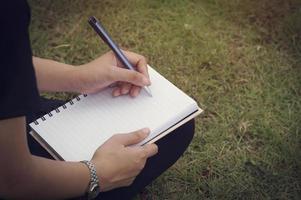 Person, die in ein Tagebuch schreibt
