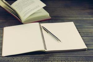 Buch und Stift auf Tisch mit Kopierraum foto